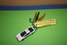 traktatie van mijn zoon bij zijn afscheid van de peuterspeelzaal. Auto is van de Action (5 in een doosje), deze is makkelijk uit elkaar te duwen, waardoor het lintje te bevestigen is.