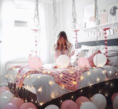 Check this 8 cheap things to maximize your small bedroom Birthday Girl Pictures, Birthday Photos, Duvet Sets, Duvet Cover Sets, Birthday Room Decorations, Tres Belle Photo, Birthday Photography, Bed Styling, Birthday Balloons