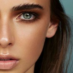 Beauty inspo for Summer: Bronzy smokey eyes with bushy eyebrows & tan completion with a touch of strobing. #makeup