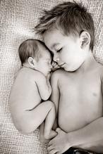 Tolles Foto mit neugeborenem Baby und dem 'großen' Bruder