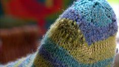 Sukkien neulominen vie tunteja – niiden parsiminen vie vain Sewing Hacks, Sewing Tips, Reuse, Knitted Hats, Recycling, Winter Hats, Knitting, Diy, Household Tips
