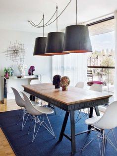 Un duplex con estilo: comedor con lámparas colgantes