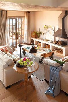 Salón con mueble bajo de obra y chimenea