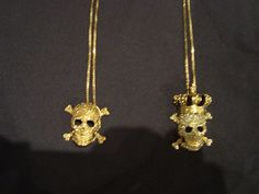 A Cris, minha cunhada, me mandou diretamente do lançamento da Daslu algumas fotos de umas bijoux muito lindas de caveirinhas. Bom, já disse aqui que eu AMO caveiras, e estas são mesmo muito fofas. Tem o anel, a pulseira e os colares. Não são mesmo muito lindas?