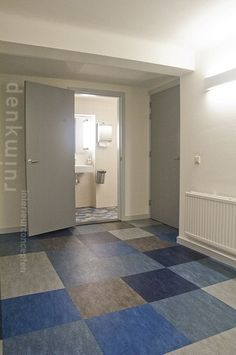 Transition blue block pattern hall to the toilet. Design: Denk Ruim Over Interieur