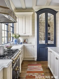 Designer Matthew Quinn Calls on Modern Elements Like Bold Color to Put a Twist on the Traditional Kitchen — Traditional Home - - Modern elements, like bold color, put a fresh face on the traditional kitchen. Interior Modern, Interior Colors, Interior Design, Modern Furniture, Furniture Design, Traditional Kitchen, Traditional House, Modern Traditional, Home Decor Kitchen