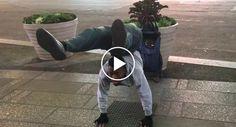 Homem Elástico Faz Impressionante Exibição De Contorcionismo http://www.desconcertante.com/homem-elastico-faz-impressionante-exibicao-de-contorcionismo/