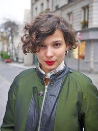 【ELLE】パリジェンヌのモードなショートヘア|エル・オンライン