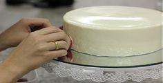 A Pasta de Chocolate Branco é uma alternativa prática, deliciosa e com ótimo acabamento para a cobertura dos bolos. Experimente! INGREDIENTES 1 lata de lei