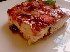Συνταγή για απολαυστικόμπισκοτογλυκό ψυγείου με κρέμα γάλακτος και φράουλες.    Υλικά:  900 γρ. φράουλες σε φέτες 3 1/2 φλ. τσαγιού κρέμα γάλακτος 1/3 φλ. τσαγιού ζάχαρη άχνη 1 κ.γ. βανίλια σκόνη 28 μπισκότα τύπου πτι μπερ μαρμελάδα φράουλας       Εκτέλεση:  Χτυπήστε τα 3 φλ. κρέ Strawberry Cheesecake, Strawberry Recipes, Cooking Time, Cooking Recipes, Greek Recipes, Lasagna, Quiche, Sandwiches, Deserts