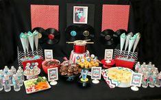 50er Jahre Party mit vielen Süßigkeiten. Schallplatten Deko und einen Trommel