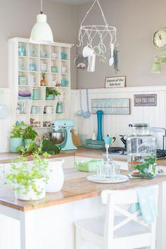 Bright & cheerful kitchen with pop's of blue . Cocina Shabby Chic, Shabby Chic Kitchen, Vintage Kitchen, Colorful Kitchen Decor, Kitchen Colors, Kitchen Design, Kitchen Ideas, Mint Kitchen, Turquoise Kitchen