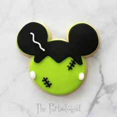 The Partiologist: Disney Themed Halloween Cookies! Do you love Disney and Halloween? See Mickey and Minnie all dressed up on decorated sugar cookies. You'll find Frankenstein, a spider web, cauldron, witch, mummy and many many more. Halloween Cookies Decorated, Halloween Sugar Cookies, Iced Sugar Cookies, Halloween Baking, Halloween Desserts, Halloween Cakes, Royal Icing Cookies, Halloween Treats, Decorated Cookies