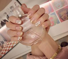 Thanks to Rin쌤~💅🏻💕Bling✨bling✨Holidays nails✨🎄✨⭐️✨ w my favorite scent💖💕 #Minjichoi #holidaynails #chanelchance #myperfume #goldnails #Minji #gold #blingbling #pearls #nails #pink #andywarhol #marilynmonroe #minji_style #崔輝姫 #jellnail #Clé_Minji #QueenB #Catherine #Elegant #NY_Minji #homesweethome #Minji_Catherine_Style #진주네일 #골드 #샤넬샹스 #골드네일 #반짝반짝 #내향기 #홀리데이네일