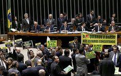 Deputados favoráveis e contrários a PEC 241, que limita gastos públicos, levantam faixas e cartazes no plenário da Câmara, em Brasília (DF)