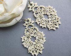 Items op Etsy die op Tatted bridal earrings - Long chandelier earrings - Dangle earrings - Tatted jewelry - Rhomb earrings lijken