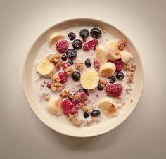 Desayuno granola con cereales, arándanos, platano y leche. #Saludables #desayuno #estudiantes