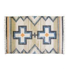 Een vloerkleed, zoals deze van Storebror, doet het in elk interieur goed! Het kleed kenmerkt zich door zijn 'native' patroon en is daarmee een echte blikvanger in huis. Perfect om je salontafel extra uit te lichten en om de ruimte optisch groter t