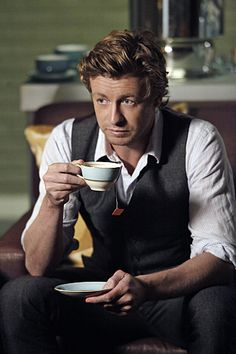 Simon Baker as Patrick Jane in The Mentalist. I am in love with Simon Baker! That Australian accent probably doesn't hurt anything. Patrick Jane, Simon Baker, The Mentalist, Michael Chiklis, Mejores Series Tv, Big Bang Theory, Drinking Tea, Favorite Tv Shows, Detective