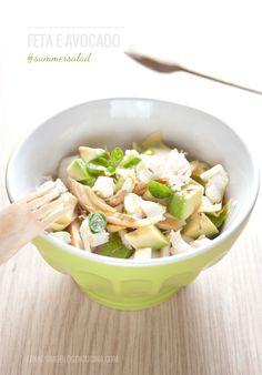 Un'insalata fresca e gustosa, con avocado, formaggio feta e sfilaccini di pollo arrosto (summer salad with chicken, avocado and feta cheese). @lennesimoblog