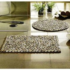 Bath mat and many other ideas with rocks http://www.decor4all.com/creative-craft-ideas-making-home-decorations-beach-pebbles/21805/
