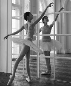 The Ballet Scene Ballet Poses, Dance Poses, Ballet Dancers, Ballet Pictures, Dance Pictures, Ballerina Dancing, Girl Dancing, Ballet Studio, Dance Movement