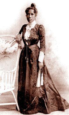 Portraits d'une Reine : Ranavalona III. Manjakamiadana. Exil à Alger. Séjour à Arcachon en 1901. Les Menalamba. Gallieni.   Mouvement des Citoyens Malagasy de Paris