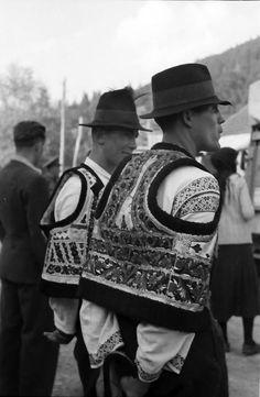 Romanian peasants, Bicaz, Romania 1943 - by Willy Pragher Folk Clothing, Historical Clothing, Folk Costume, Costumes, City People, Moldova, Folk Music, Popular Music, Bucharest