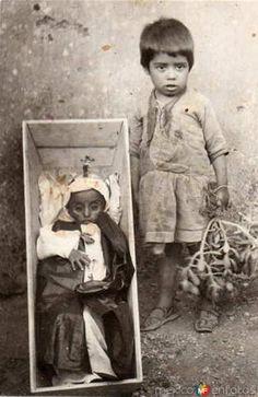 Fotos de , , México: Niño con su hermanito muerto (1914)