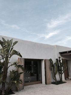 Wood color for window / garage / door treatments Ibiza Hotel, Ibiza Strand, Hotel Am Strand, Hotel Am Meer, Ibiza Beach, Desert Homes, Ibiza Fashion, Earth Homes, Exterior Design