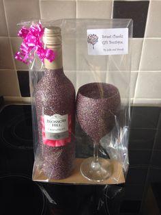 Glitter gift set x Glitter Wine Bottles, Wrapped Wine Bottles, Glitter Wine Glasses, Wine Bottle Crafts, Bling Bottles, Decorated Wine Glasses, Painted Wine Glasses, Wine Bottle Centerpieces, Vase Centerpieces