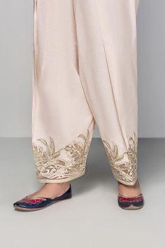 Pakistani Fashion Casual, Indian Fashion Dresses, Pakistani Dress Design, Indian Designer Outfits, Pakistani Outfits, Indian Outfits, Fancy Dress Design, Stylish Dress Designs, Designs For Dresses