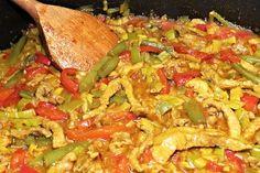 Zprudka na pánvi orestované nudličky vepřového masa, chvíli podušené mírně podlité vodou spolu s kousky pórku, červené masité papriky a lusků zelených fazolek, ochucené kečupem, kari, zázvorem a chilli.
