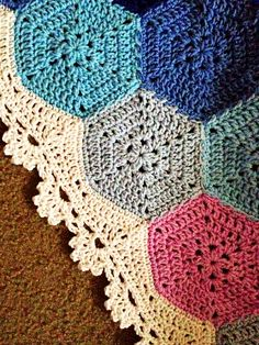 crochet edging and borders Geometric Lace - would be pretty with citrus colors and a light grey border - Errata: Crochet Afghans, Motifs Afghans, Crochet Motifs, Crochet Borders, Crochet Squares, Filet Crochet, Crochet Stitches, Crochet Patterns, Granny Squares