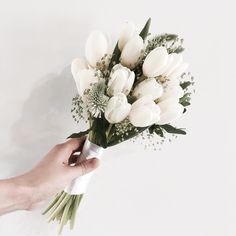 Flowers Boquette Simple Florists 41 New Ideas Hand Bouquet Wedding, Tulip Wedding, Diy Wedding Flowers, Bridal Flowers, Small Bridal Bouquets, Small Bouquet, Bride Bouquets, White Tulip Bouquet, Wedding Badges