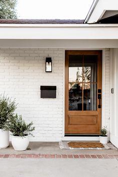 Farmhouse Front Porches, Modern Front Porches, Front Porch Posts, Front Porch Design, Front Porch Without Roof, Front Porch Lights, Front Porch Addition, Craftsman Porch, Building Front