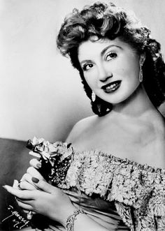Beverly Sills around the time her operatic career began in 1955 Beverly Sills, Music Of The Night, Opera Singers, People Of The World, Classical Music, The Past, Fashion Outfits, Clothing Styles, Divas