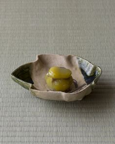 菓=栗鹿の子/御倉屋(京都) 器=織部木葉形皿 桃山時代