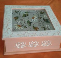 Decoupage Box, Ideas Para, Stencils, Decorative Boxes, Arts And Crafts, Tray, Pottery, Vintage, Country