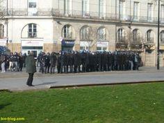 #NDDL Un papy en train de charger à lui tout seul une compagnie toute entière de #CRS terrorisés pendant la manifestation anti aéroport à Notre-Dame-des-Landes le 22 février 2014 à Nantes.