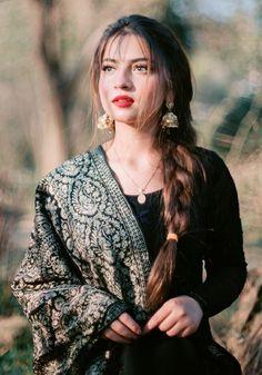 Cute Girl Poses, Cute Girl Photo, Girl Photo Poses, Pakistani Fashion Party Wear, Indian Fashion Dresses, Teenage Girl Photography, Photography Poses Women, Stylish Girls Photos, Stylish Girl Pic
