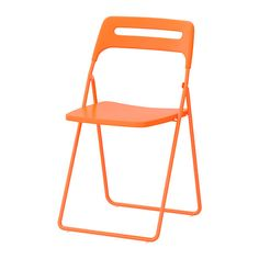NISSE Klapstol IKEA Stolen kan klappes sammen, så den fylder mindre, når du ikke bruger den. Du kan hænge den på en krog på væggen for at spare plads.