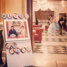 皆さんの退場待ち… 初めて載せるウェルカムボード✨ どぉしても式まではドレスを 見せたくなくて和風にしました 前撮りで使ったガーランドも活用して… #結婚式DIY #結婚式アイテム #プレ花嫁卒業 #結婚式当日 #ウェルカムボード #和風ウェルカムボード