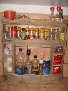 Kitchen spices rack made with recycled pallet wood.  Etagère à épices réalisée avec des lattes de palettes.     #Kitchen, #PalletSpiceRack, #RecycledPalletShelves, #UsedPalletRacks