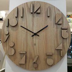 Relógio maravilhoso em madeira. #lojadedecoração#relogio#madeira#decor#home#design#ôdecasa