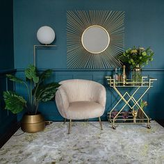 A fabulous golden drinks trolley, art deco style at its finest. Clean lines, sharp styling and good looks, a perfect drinks trolley for any home. Casa Art Deco, Art Deco Home, Art Deco Decor, Art Deco Style, Art Deco Wall Art, Art Deco Mirror, Home Art, Art Deco Colors, Art Deco Rugs