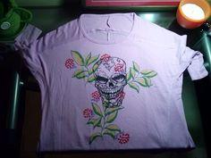 Camiseta pintada a mano,muy desenfadada y actual.