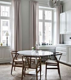 Beautiful shaker kitchen with a round table Couch Table, Table And Chair Sets, Dining Table, Dining Room, Interior Simple, Home Interior, Cosy Home, Shaker Kitchen, Design Blog