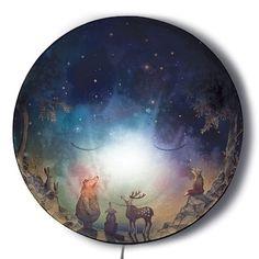"""Deze lief glimlachende Wonder wandlamp """"Ga Slapen, Maan!' van Hartendief heeft een verborgen geheim. Zodra je de lamp aandoet in het donker, zie je hoe Beer, Vos en Hert samen omhoog kijken naar de flonkerende sterrennacht….zo ontelbaar veel!"""
