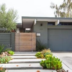 Fence design ideas and picture gallery for Eichler homes and other mid-century modern house. Maison Eichler, Eichler Haus, Modern Landscape Design, Modern House Design, Mid Century Modern Design, Mid Century Modern Door, Modern Exterior, Exterior Colors, Exterior Design